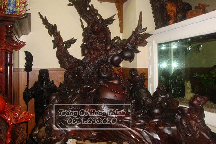 Tượng phật Di Lặc được điêu khắc gỗ tinh xảo
