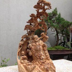 Vị trí đắc địa đặt tượng gỗ Phật Di Lặc dưới gốc cây tùng