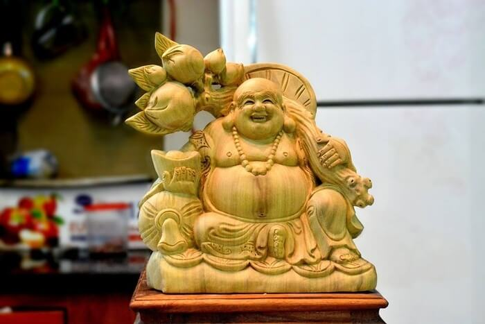 Vị trí đắc địa đặt tượng gỗ Phật Di Lặc vách cành đào